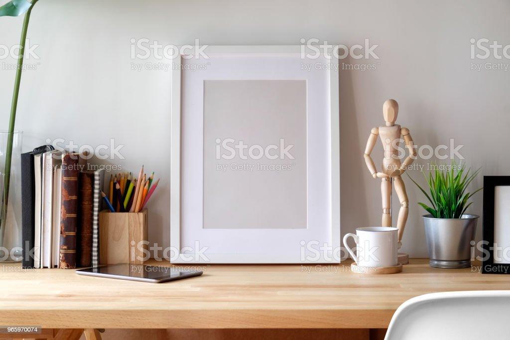 Mockup poster op houten bureau. - Royalty-free Bedrijfsleven Stockfoto