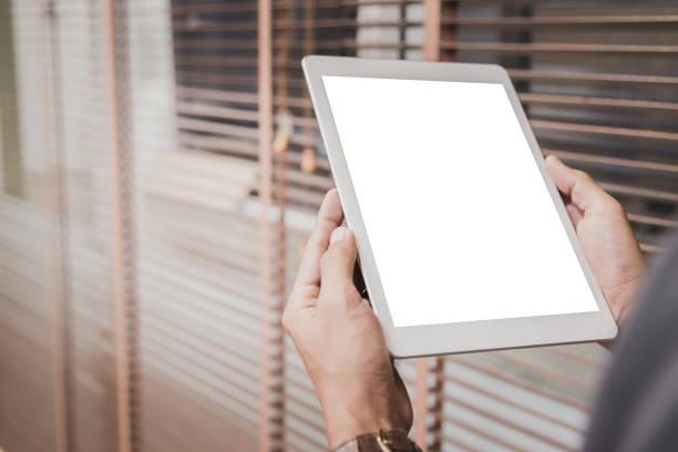 mockup-tablet auf geschäftsmann hände leere anzeige auf home-tisch mit unscharfen hintergrund - tablet stock-fotos und bilder