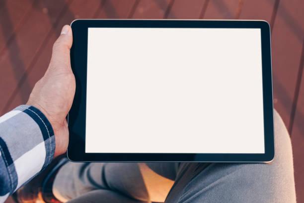 tela do tablet de maquete, homem usando computador tablet enquanto stand relaxar com caminho de recorte na tela para substituir fácil projetar simulado acima - mobile - fotografias e filmes do acervo
