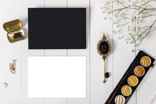mockup mit umschlag, goldener tinte blanke karte und blumen. - schlüssel dekorationen stock-fotos und bilder