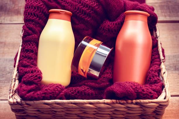 maquettes de bouteilles avec la crème pour le corps et le shampooing sur un pull - Photo