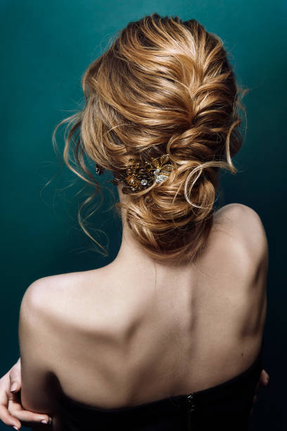 modell blonde frau mit perfekten frisur und kreative haar-kleid, rückseitige ansicht - zopf frisuren stock-fotos und bilder