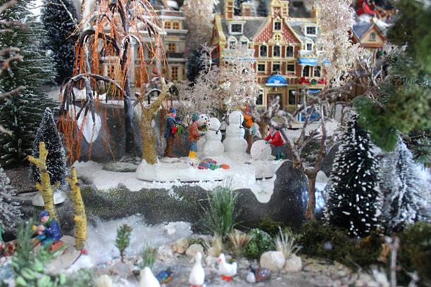 model christmas village, mini-häuser, personen, winter-szene, zaun, frozen-teich, gänse - teichfiguren stock-fotos und bilder