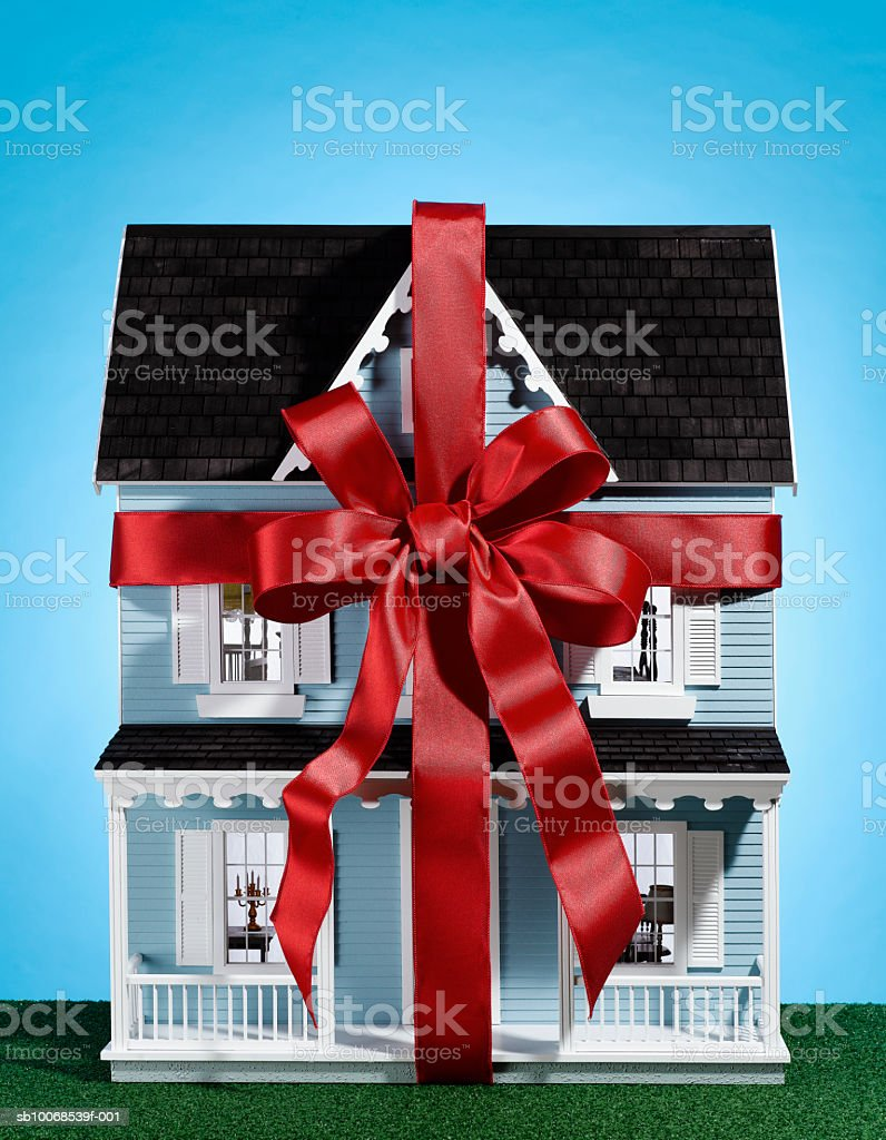 Model house with red ribbon, close-up royalty free stockfoto