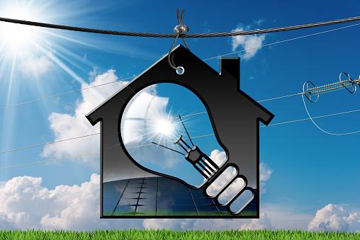 Model House With Solar Panel And Light Bulb - Fotografie stock e altre immagini di Acciaio