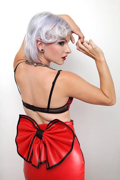 das model in red rock - rote bleistiftröcke stock-fotos und bilder