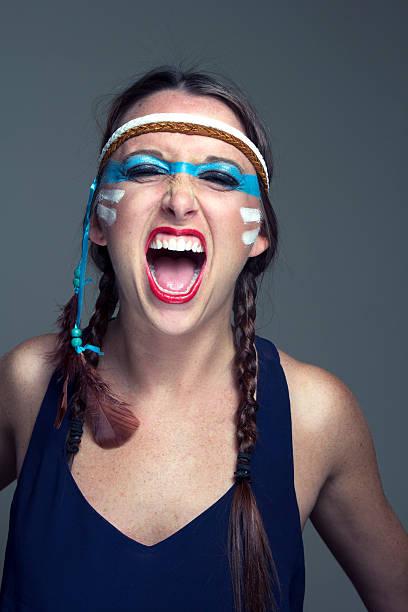 Modelo de los indios nativos estadounidenses, yelling tocado - foto de stock