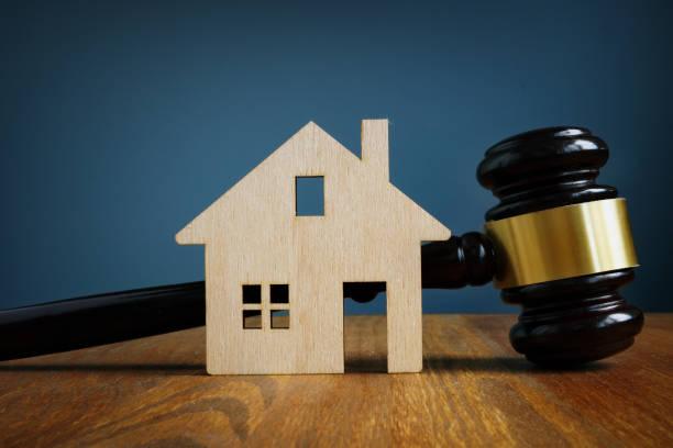 Modell von Haus und Gavel. Immobilienrechtskonzept. – Foto