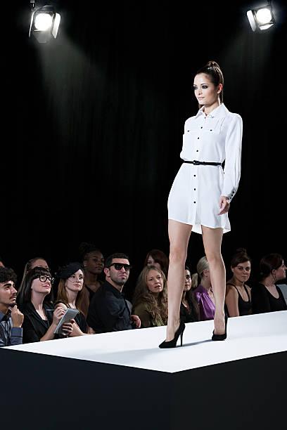 modèle au défilé de mode sur le podium - défilé de mode photos et images de collection