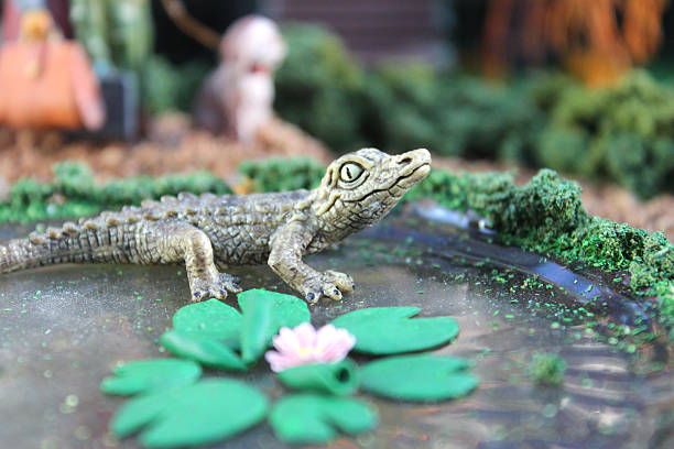 model teich fimo clay wasser lilien/lily pads, mini-toy crocodile - teichfiguren stock-fotos und bilder