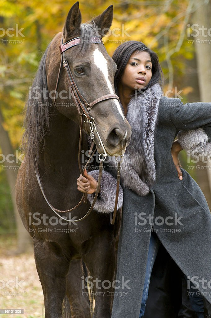 Modello in posa con un cavallo foto stock royalty-free