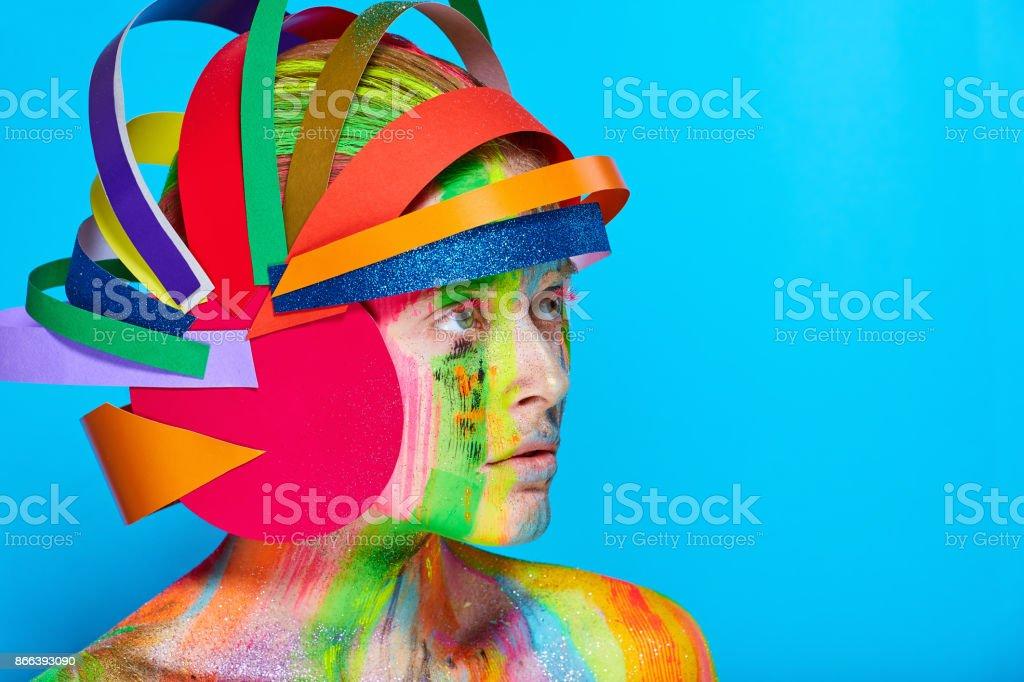 Modell Mit Bunten Abstrakte Makeup In Bunten Helm Stockfoto