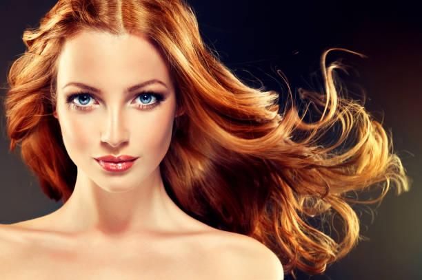 Modell mit langen, dichten und lockige Frisur. Rote Haare. – Foto