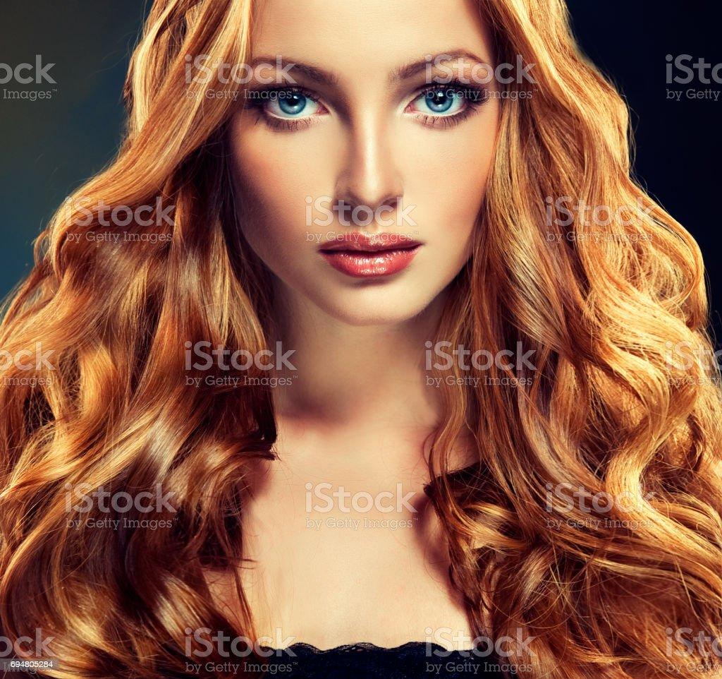 Modell Mit Langen Dichten Und Lockige Frisur Rote Haare Stockfoto