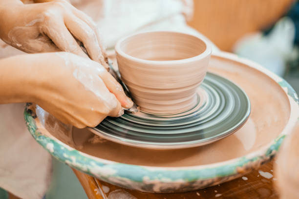 modelagem em uma roda de oleiro - cerâmica artesanato - fotografias e filmes do acervo