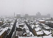 Modena (Italia): veduta dall'alto dei tetti innevati del centro storico e dell'Accademia militare durante una nevicata