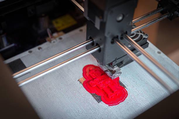 moderner 3d-drucker druckt kleine rote figur, nahansicht von oben - prototype stock-fotos und bilder