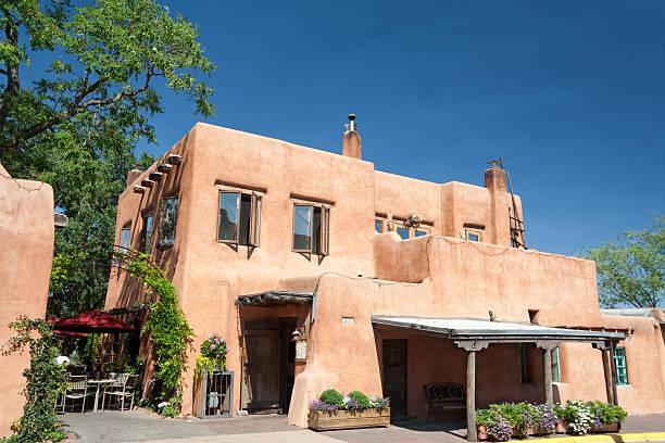 adobe restaurant moderne à santa fe, au nouveau-mexique - adobe photos et images de collection