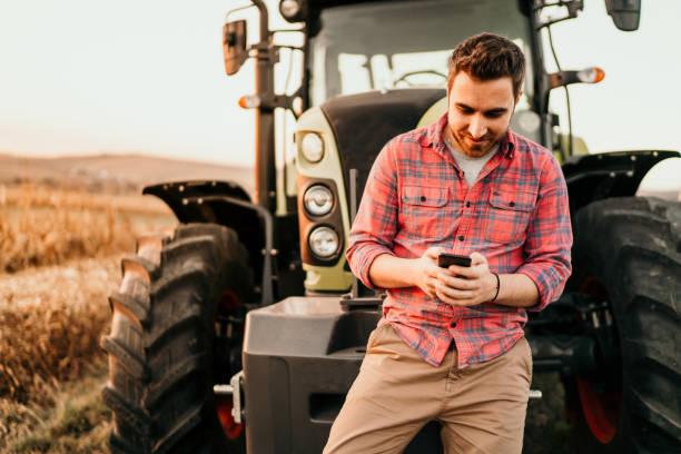 moderne landwirtschaft mit technologie und maschinen-konzept - bauernberuf stock-fotos und bilder
