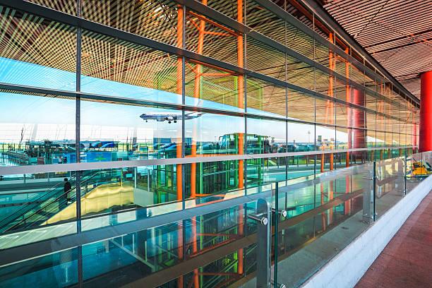 Moderne Flughafen und Flüge Ankunft – Foto