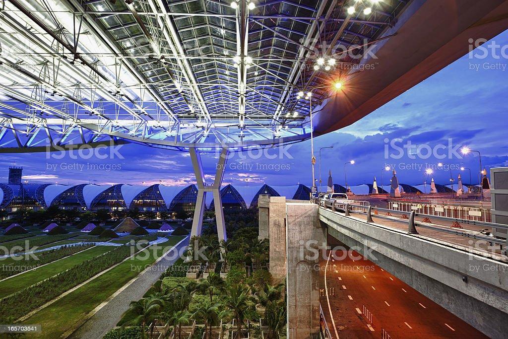 Aeropuerto moderna en la noche, Bangkok, Tailandia - foto de stock