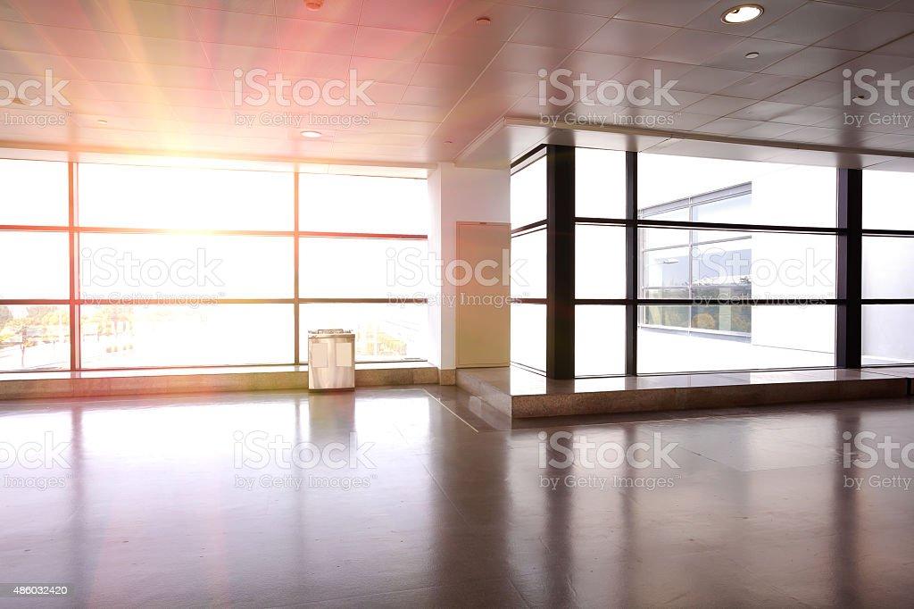Moderne flughafen innen glaswand gang fenster stock fotografie und mehr bilder von 2015 istock - Glaswande innen ...
