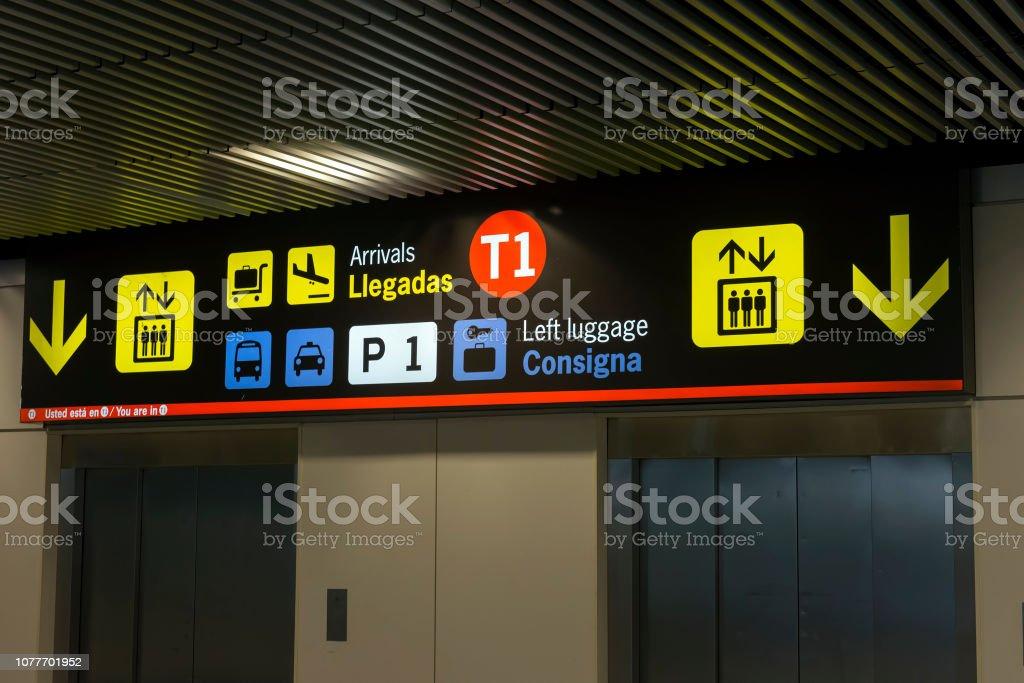 Signe un aéroport moderne à l'aéroport de Madrid Barajas - Photo