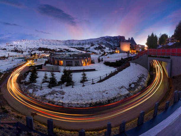 modernes alpendorf, umrahmt von leichten wegen und bergkulisse bei sonnenuntergang - hotel alpenblick stock-fotos und bilder