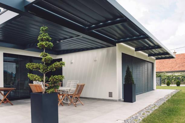 moderne und schöne terrasse - naturstein terrasse stock-fotos und bilder