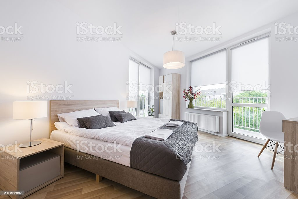 Moderne und komfortable Schlafzimmer Innenarchitektur – Foto