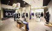 モダンなファッションの洋服店