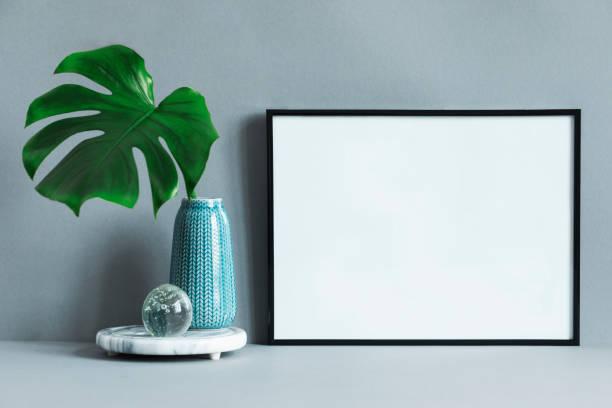 composition maquettes cadre photo avec vert feuille tropique dans vase design moderne et minimaliste. concept chic du châssis de la maquette. mur de fond blanc. - camera sculpture photos et images de collection