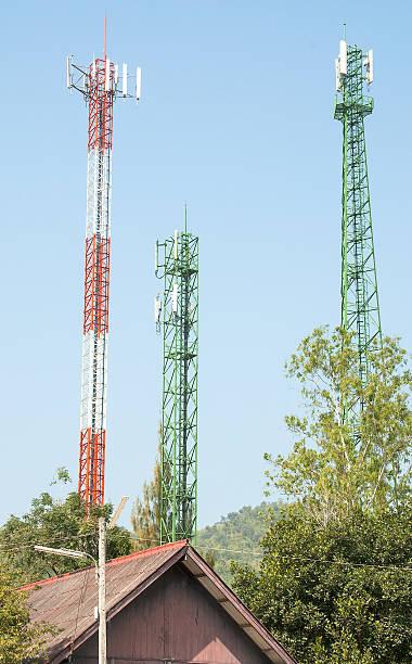 la moderna torre dell'antenna - emissione radio televisiva foto e immagini stock
