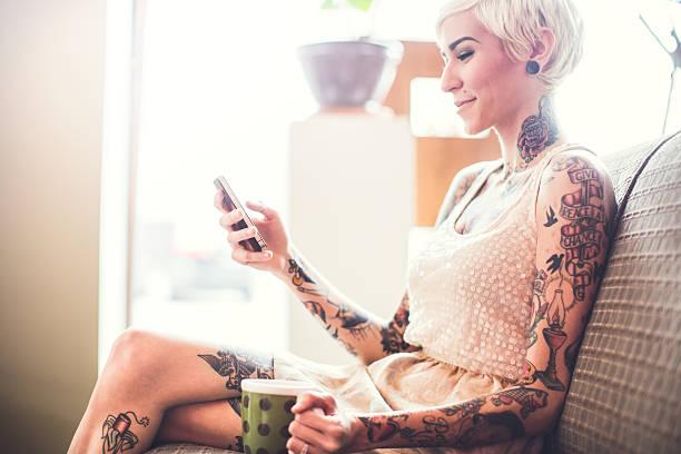 modernes apartment und junge frau - kaffeetasse tattoo stock-fotos und bilder