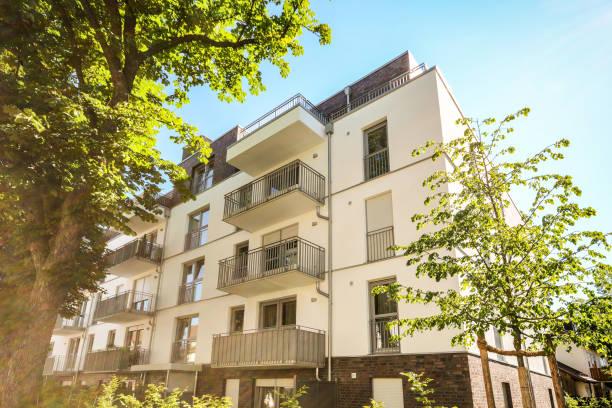 Edifício de apartamento moderno na cidade, condomínios em um desenvolvimento residencial - foto de acervo