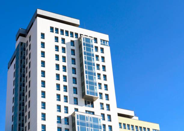 Modernes Apartment-Gebäude in der Stadt. – Foto