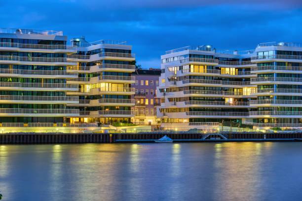 Moderne Mehrfamilienhäuser bei Nacht – Foto