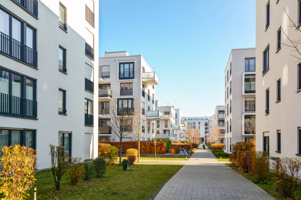 Moderne Mehrfamilienhäuser in einer grünen Wohngegend in der Stadt – Foto