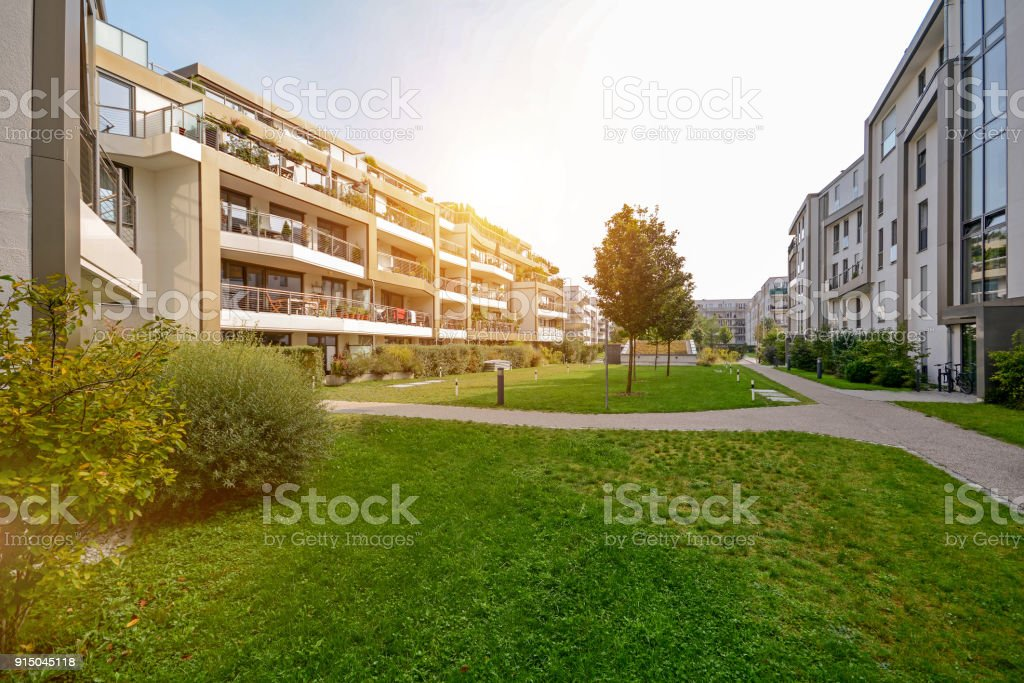 Modern apartment buildings in a green residential area in the city - foto stock