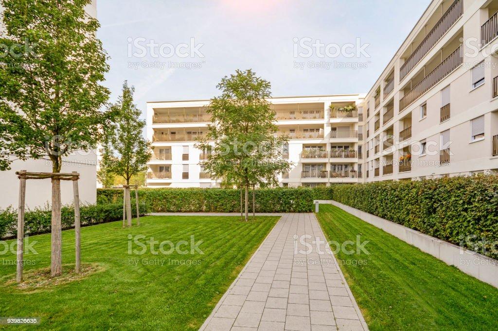 Moderne Hochhäuser in einer grünen nachhaltigen Umwelt – Foto