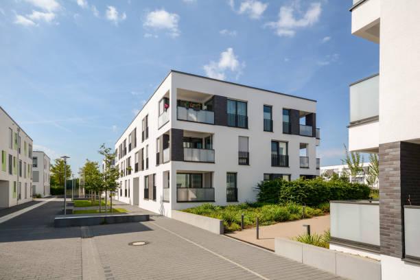 Moderne Mehrfamilienhäuser in der Stadt – Foto