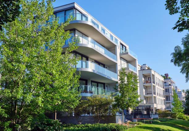 Modernes Apartmenthaus mit grünem Garten – Foto
