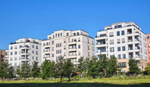 Moderne Mehrfamilienhäuser mit grünem Park gesehen – Foto