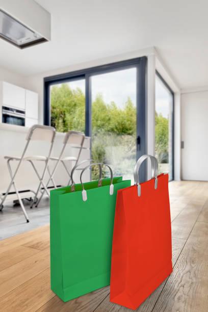 modernes apartment interieur mit zwei einkaufstaschen - laminat günstig stock-fotos und bilder