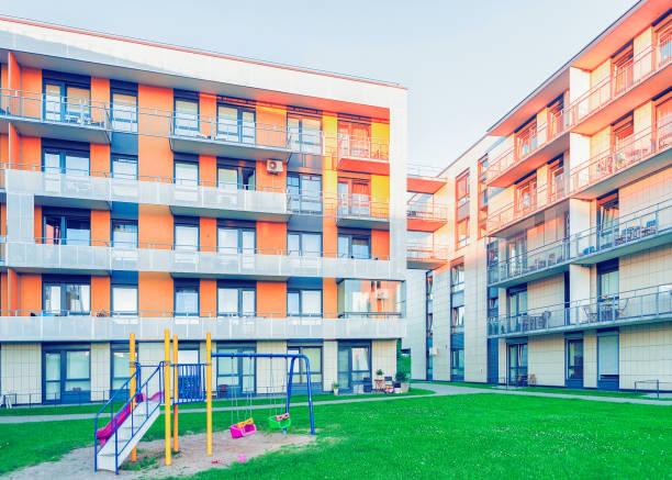 modernes apartment wohngebäude kinderspielplatz vilnius litauen europa - spielplatz design stock-fotos und bilder