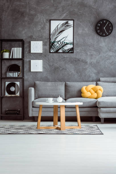 modernes apartment mit grauen sofa - uhrenhalter stock-fotos und bilder