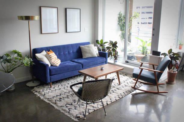 modernes apartment mit minimalistischen mitte jahrhundert moderne innenarchitektur - schöne bilderrahmen stock-fotos und bilder