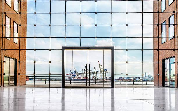 moderne architektur und container-terminal - fensterfront stock-fotos und bilder