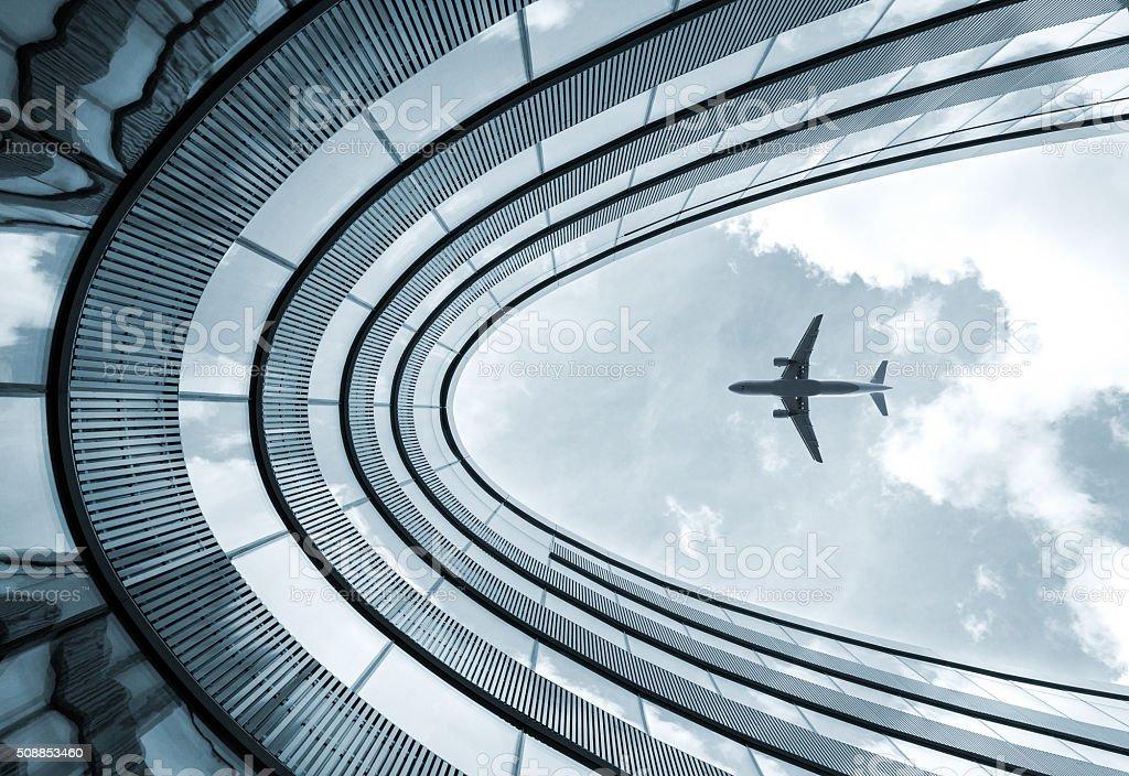 Moderne Architektur-Gebäude mit Landung Flugzeug – Foto