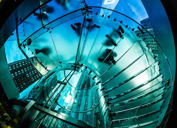 Moderne Architektur: Glas Stairscase und Personen – Foto